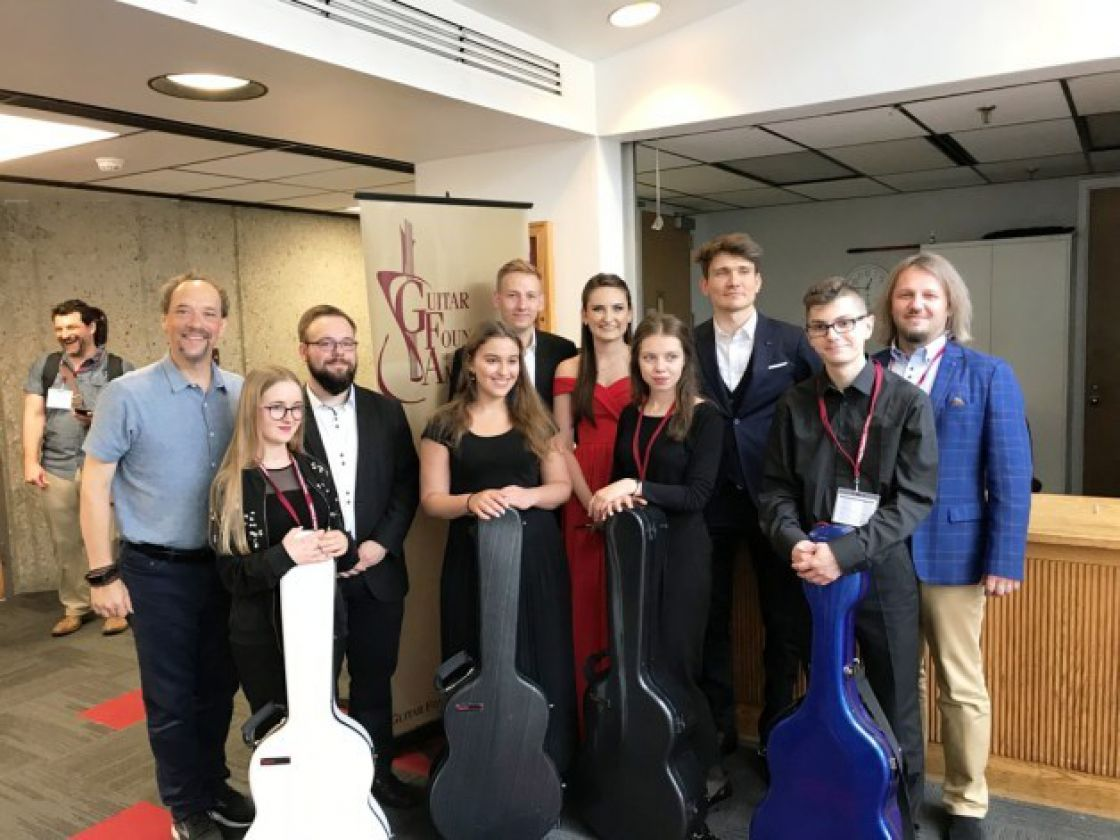 Zdjęcie z Guitar Foundation of America (GFA) Convention in Louisville, Kentucky 23 VI 2018 r. Polskie zespoły: Erlendis Quartet, Felice Guitar Quartet z nauczycielem Robertem Polańskim  oraz Bill Kanengiser - LAGQ - Los Angeles Guitar Quartet